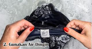 Gunakan Air Dingin Untuk Mencuci Kaos merupakan tips mencuci kaos bahan cotton combed