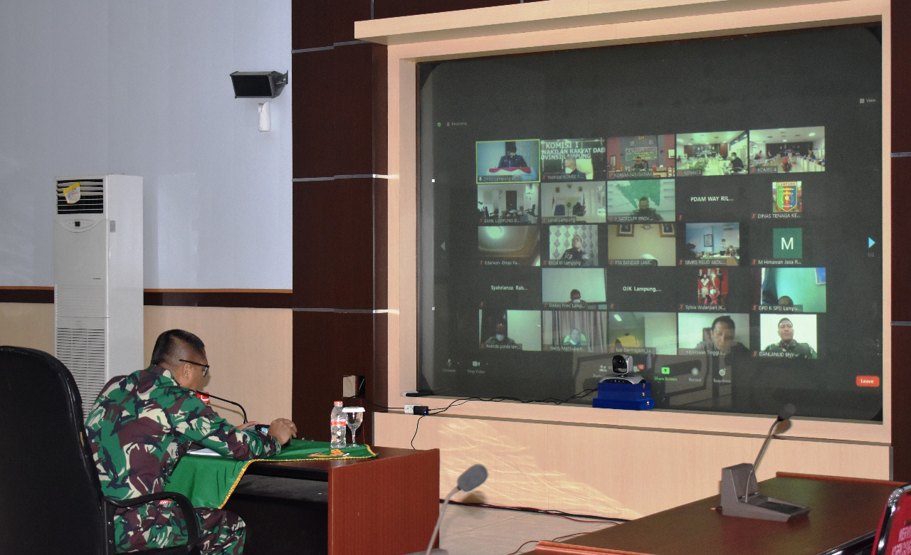 Kasrem 043/Gatam Kolonel Inf Dwi Endro Sasongko, S.Sos, Ikuti Teleconference Zoom Rapat Paripurna DPRD Provinsi Lampung.