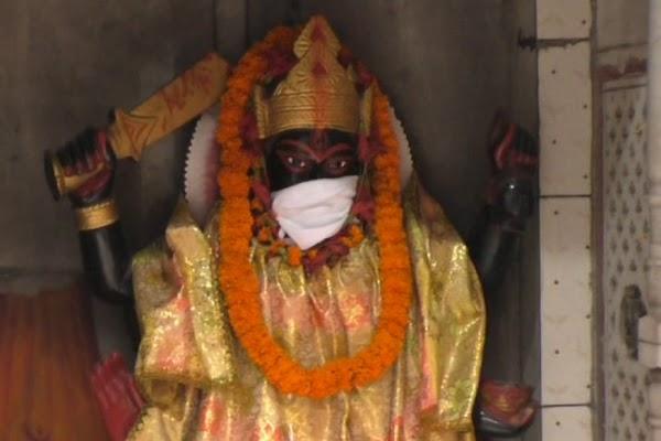 Polusi Udara Makin Buruk, Patung-Patung Dewa di India Diberi Masker