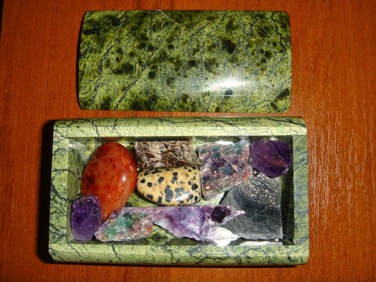 Образцы разных минералов в шкатулке из змеевика.