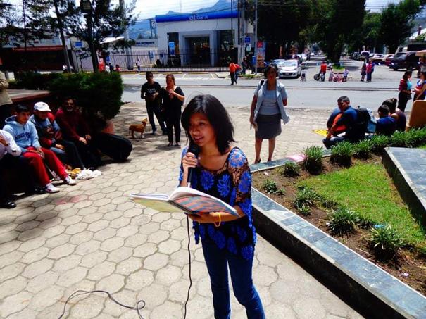 Angela Eunice Sacalxot leyendo en vivo