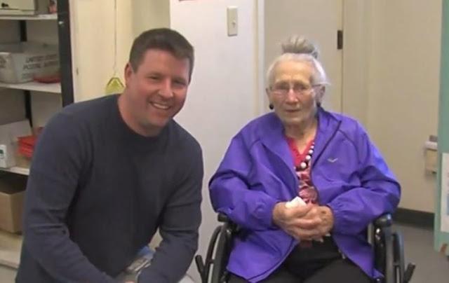 Почтальон услышал, как за дверью плачет 94-летняя женщина. Он взломал дверь и спас ей жизнь!