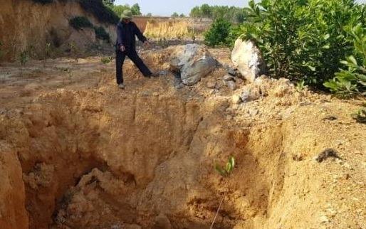 Phát hiện chất thải 'lạ' chôn trộm gần nguồn nước sạch ở Sóc Sơn