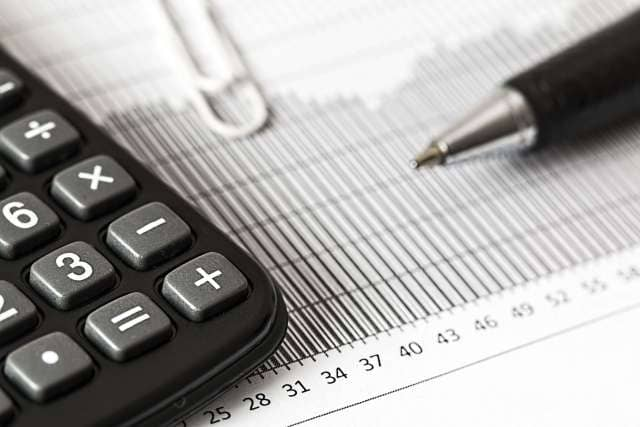 анализировать стоимость акций