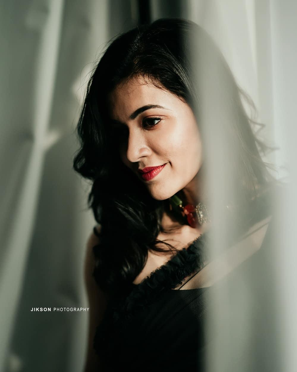 South Indian Actress Anju Kurian Looking Hot in Black Saree