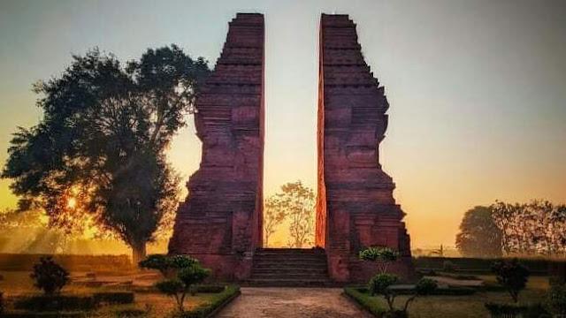 gambar pintu gerbang majapahit di trowulan
