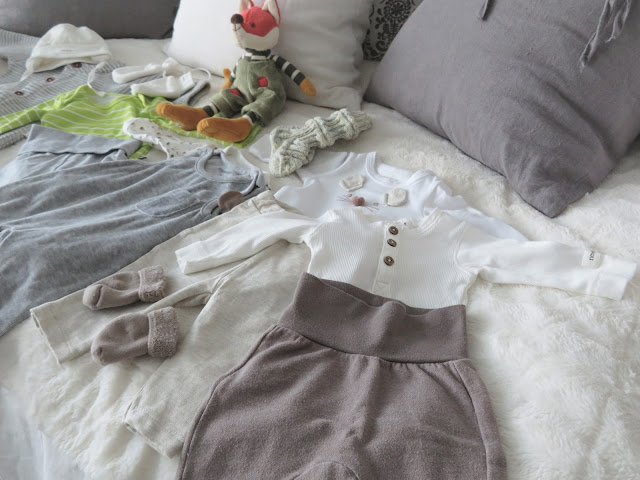 Valkoinen, beige ja harmaa on vauvanvaatteiden lempisävyjäni