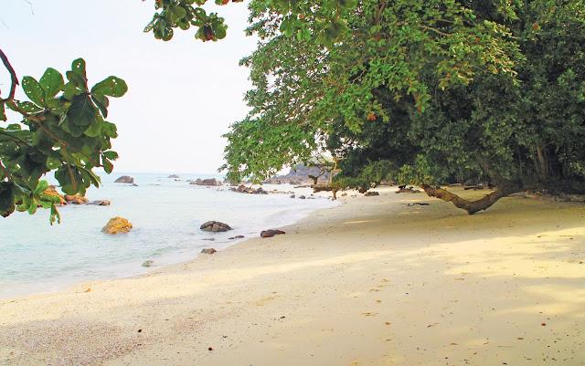 Pulau Jemur terletak lebih kurang 45 mil dari ibukota kabupaten RokanHilir, Bagan siapiapi, dan 45 mil dari Negara tetangga Malaysia. PulauJemur sebenarnya merupakan gugusan pulau yang terdiri dari beberapa pulau antara lain, Pulau Tekong Emas, Pulau Tekong Simbang, Pulau Labuhan Bilik, serta pulau–pulau kecil lainnya. Selain menawarkan keindahan alam yang menarik seperti pantai, pulau jemur tempat para penyu bertelur sehingga menimbulkan ingatan tersendiri saat wisatawan saat berkunjung.