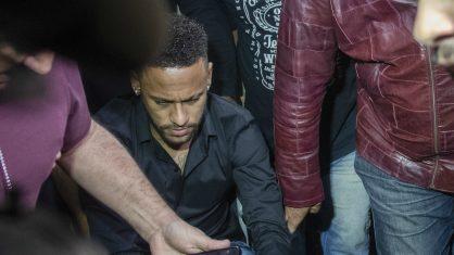 Record comete gafe e exibe celular de Neymar ao vivo