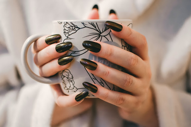 """<img src=""""nails.png"""" alt=""""Painted nails,holding cup"""">"""