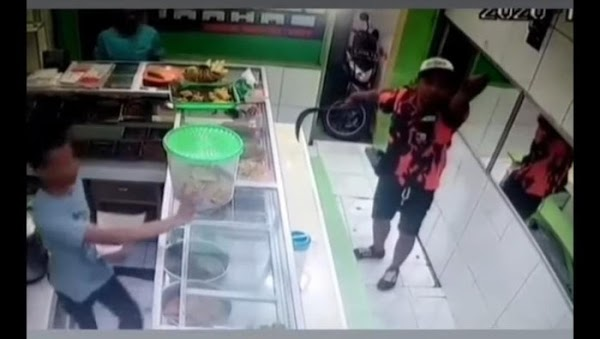 Pria Pakai Seragam Ormas Bawa Celurit Todong Pegawai Warteg