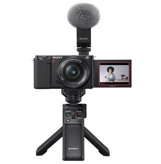 Sony ZV-E10 со штативом, которые работает как Bluetooth-пульт