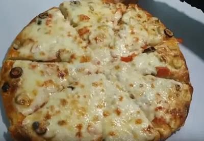 معظم البيتزا التجارية مصنوعة من مكونات غير صحية