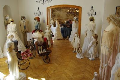 3b5767f93794 Nádherná výstava historických šatů a doplňků