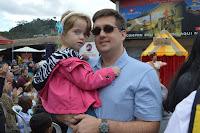 André Taveira, administrador, e a filha Gabriela, de 3 anos, assistem aos espetáculos na Feirinha