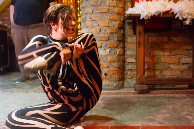 Contorcionista de Humor e Circo se apresentando em inesquecivel casamento tematico circense de Joao e Cesar em São Paulo.