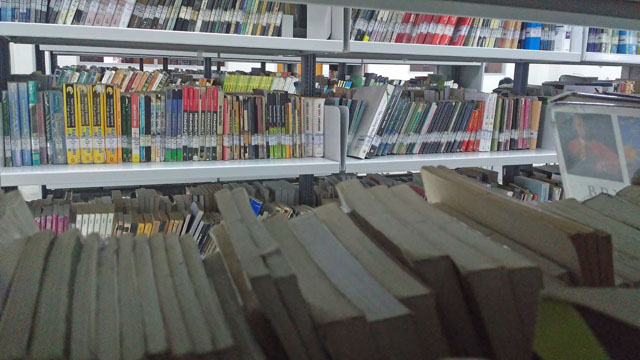 Rak buku di lantai empat Perpustakaan UIN Sunan Kalijaga