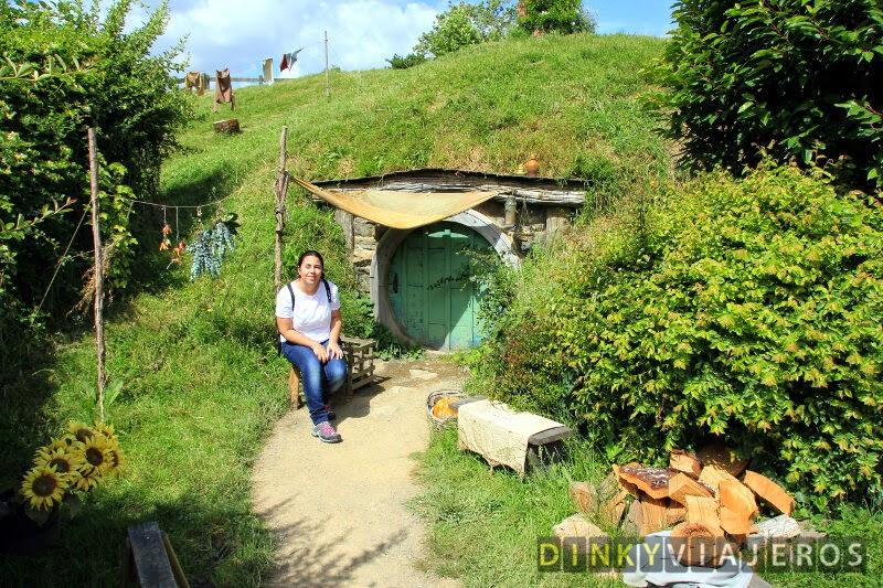 Alicia tomando el sol delante de un agujero Hobbit