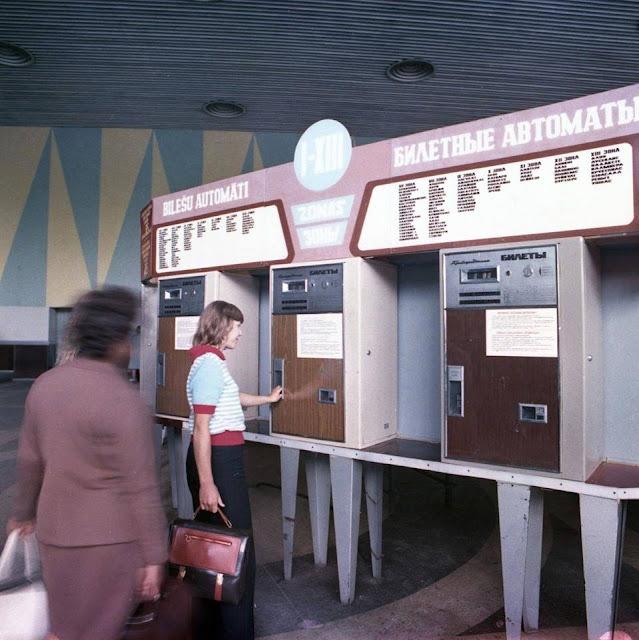 Рижский центральный ж/д вокзал. Возле билетных автоматов.