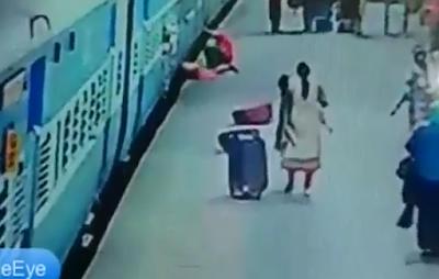 Se Cae su Esposa a las Vías del Tren