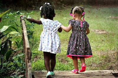 Anak berinteraksi dengan teman