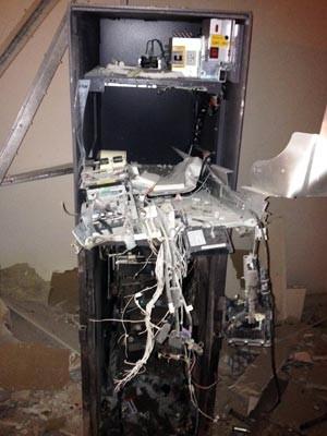 Único caixa eletrônico da agência foi explodido pelos criminosos (Foto: Luciano Kastro/Blog Braga)