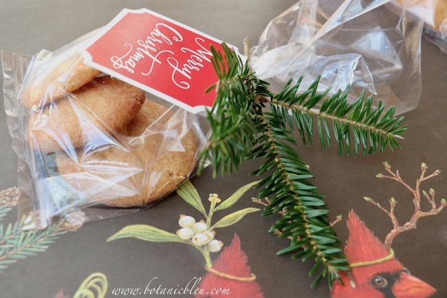 creative-christmas-gift-wrap-cookie-greenery-tag