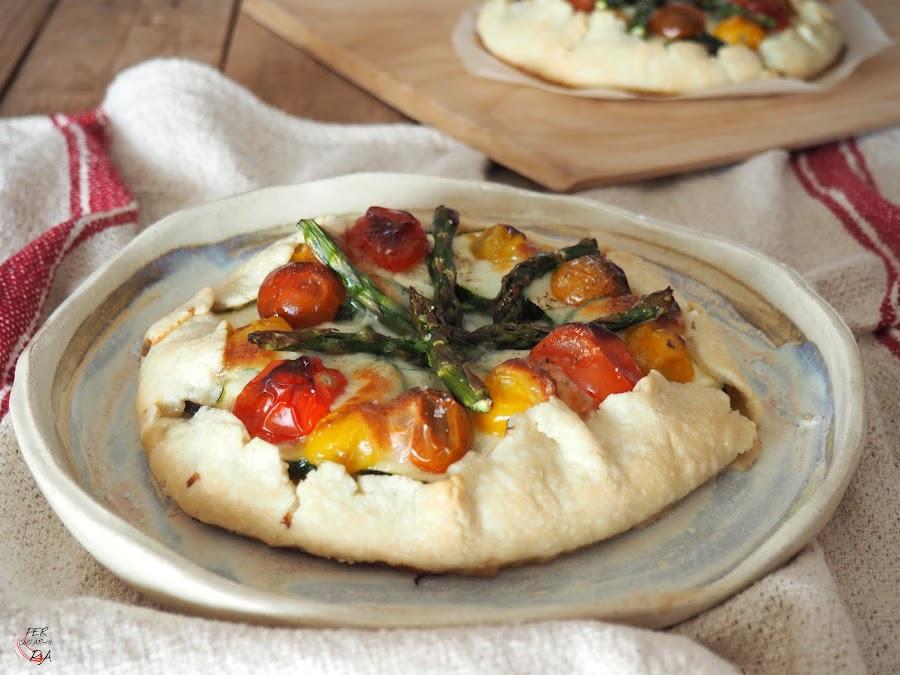 Tarta rústica con una base de masa quebrada y cobertura con calçots, verduras, mozzarella y tomates cherrys.