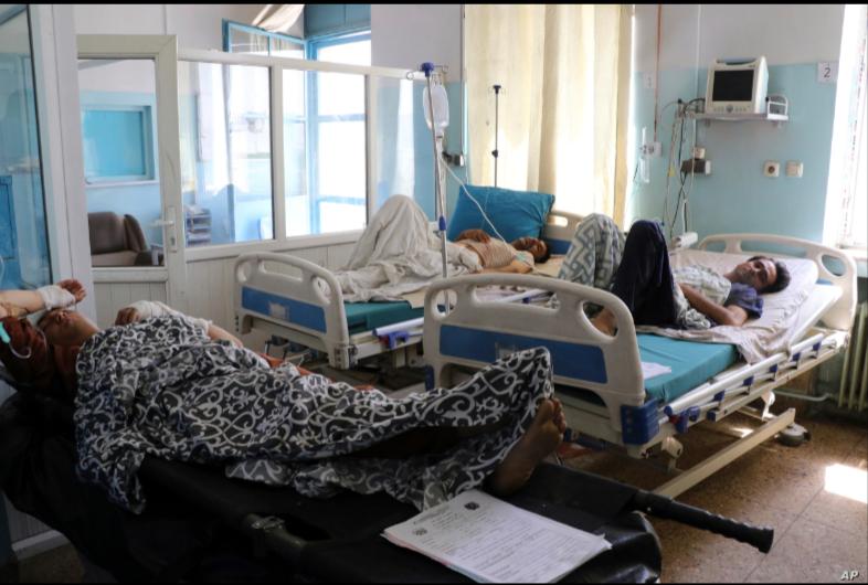 Afganos yacen en camas en un hospital después de que resultaron heridos en los ataques mortales fuera del aeropuerto en Kabul, Afganistán, el viernes 27 de agosto de 2021 / AP