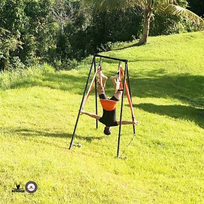 exercice-aeroyoga-plein-air-avec-rafael-martinez-yoga-aerien-fly-flying-hamac-trapeze-stage-formation-cours-retraite
