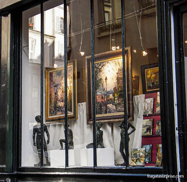 Vitrine de um antiquário no bairro de Montmartre, em Paris