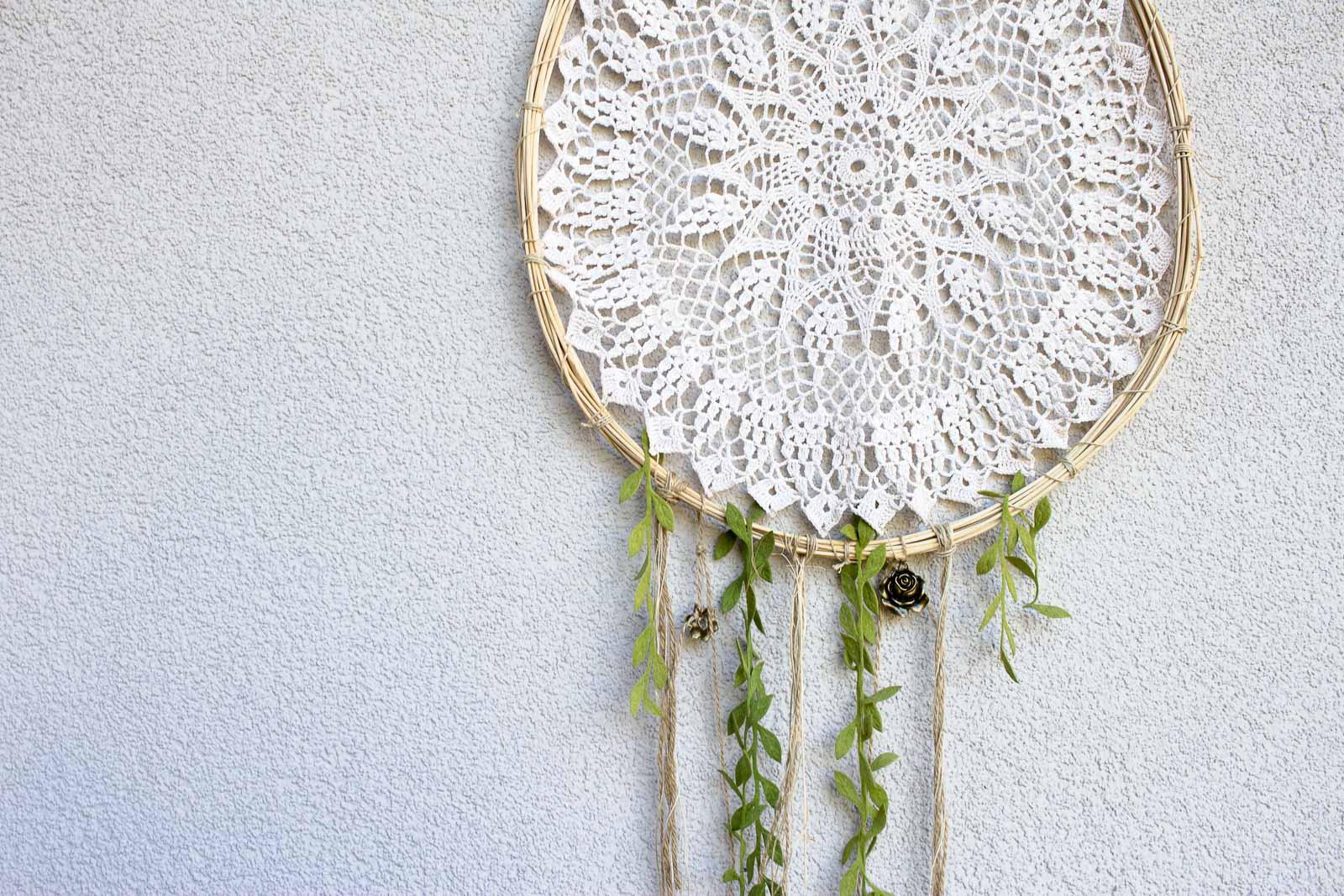 DIY Wanddeko für Balkon | Deko für den Garten im Frühling oder Sommer | Boho Dekoration selber machen | Upcycling Ideen für Häkeldeckchen | Basteln mit Peddigrohr für den Garten