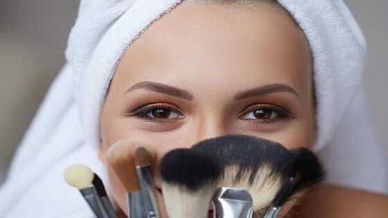 تتمثل المزايا الأولى والأهم من استخدام فرشاة المكياج في أنها تساعد في الحصول على توزيعٍ متساوٍ في جميع أنحاء الوجه