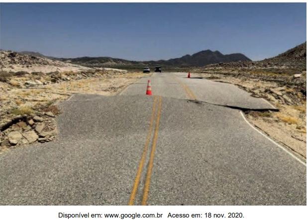 Observe a fotografia, a seguir, de uma estrada numa área tectonicamente ativa