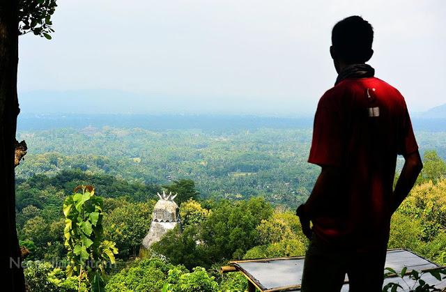 Memandang Candi Borobudur dan Gereja Burung dari kejauhan