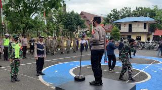 PPKM Mikro, Polres Pangkep Bagi Ratusan Paket Bansos untuk Masyarakat Terdampak Covid-19