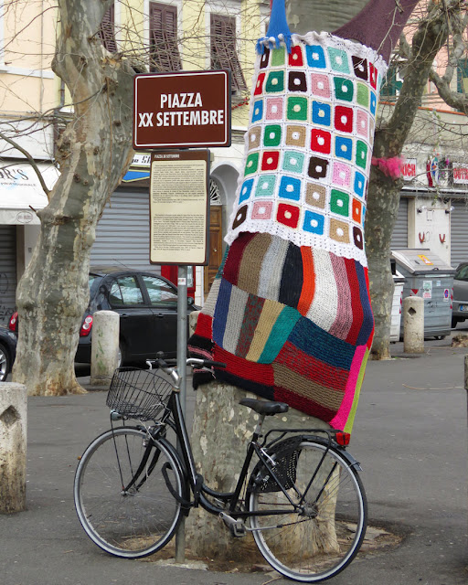 Tree sweater, yarn bombing, urban knitting, Piazza XX Settembre, Livorno
