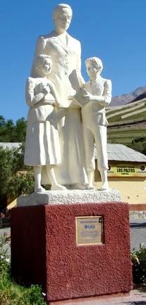 Foto al monumento de Gabriela Mistral de cuerpo entero