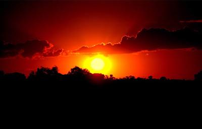A foto mostra o por do Sol em um dia de calor insuportável.