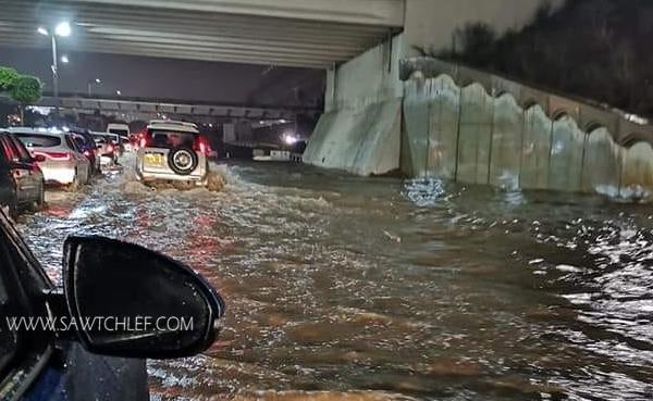 الأمطار والسيول تغرق الشوارع بالعاصمة
