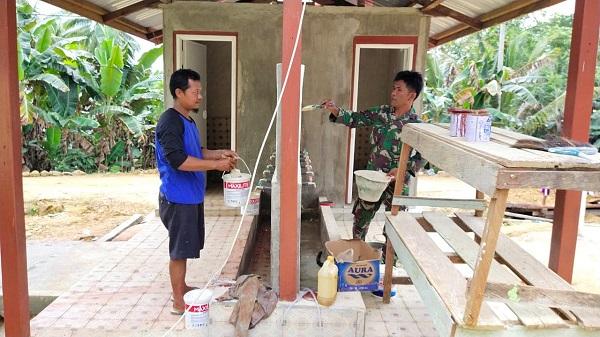 Pengecatan Tempat Wudhu Dilakukan Satgas TMMD 108 Kodim 0909/Sangatta Bersama Warga