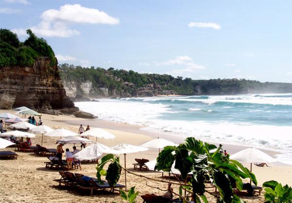 Panorama tebing karang di tepian Pantai Dreamland