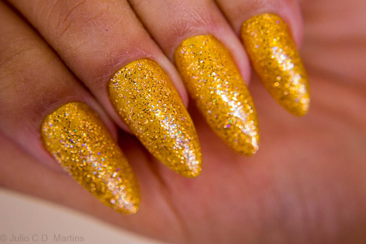 Unhas stiletto amarelas com glitter e alongamento em acrílico