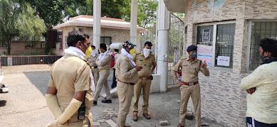 जालौन पुलिस द्वारा लॉकडाउन के दृष्टिगत विभिन्न क्षेत्रों पर बैरियर लगाकर/पैदल गस्त     संवाददाता, Journalist Anil Prabhakar.                 www.upviral24.in
