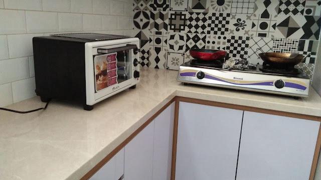 Countertop dari granit untuk kitchen set yang cantik mengkilap