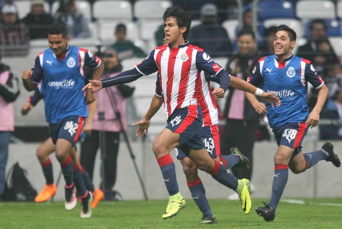 José Macías celebra el gol.