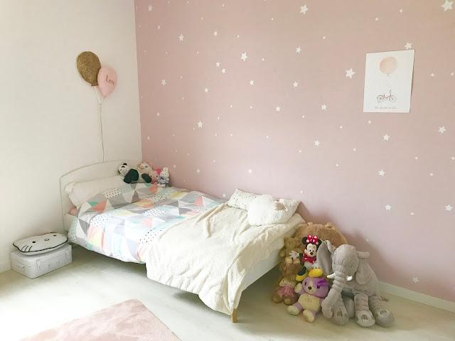déco chambre petite fille avec duo de ballons cassis et petit houx