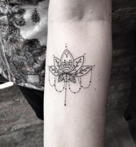 Flor de lótus de Jóias com Tatuagem