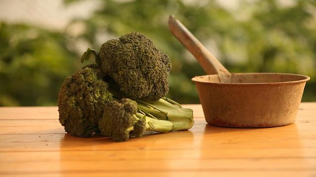 sayuran brokoli yang akan dimasak perlu dipotong-potong kecil terlebih dahulu