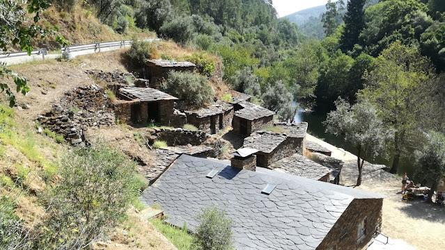 Casas com telhados de ardósia